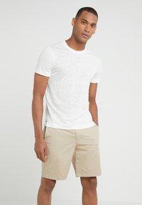 Club Monaco - CREW - Basic T-shirt - pearl - 0