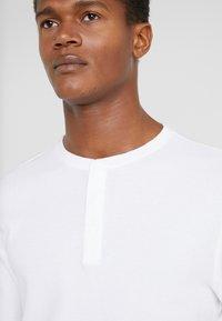 Club Monaco - WAFFLE HENLEY - Long sleeved top - white - 4