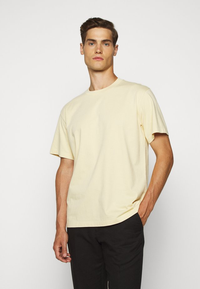 RELAXED TEE - T-shirts - banana leaf