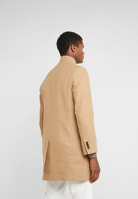 Club Monaco - LOUKAS FUNNEL NECK - Short coat - camel - 2