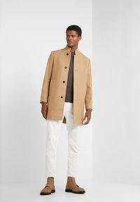 Club Monaco - LOUKAS FUNNEL NECK - Short coat - camel - 1