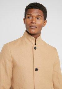 Club Monaco - LOUKAS FUNNEL NECK - Short coat - camel - 3