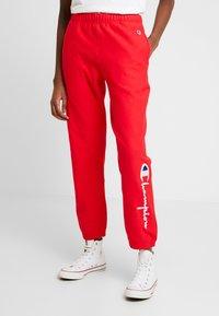 Champion Reverse Weave - BIG SCRIPT CUFF PANTS - Pantalon de survêtement - red - 0