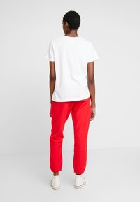 Champion Reverse Weave - BIG SCRIPT CUFF PANTS - Pantalon de survêtement - red - 2