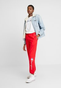 Champion Reverse Weave - BIG SCRIPT CUFF PANTS - Pantaloni sportivi - red - 1