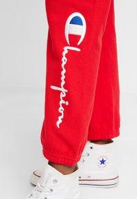 Champion Reverse Weave - BIG SCRIPT CUFF PANTS - Pantalon de survêtement - red - 5