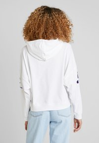 Champion Reverse Weave - SLEEVE LOGO HOODED - T-shirt à manches longues - white - 2