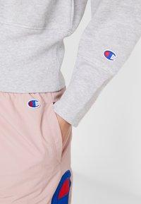 Champion Reverse Weave - BIG SLEEVE SCRIPT CREWNECK CROPPED - Sweatshirt - grey - 4