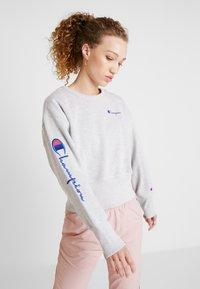 Champion Reverse Weave - BIG SLEEVE SCRIPT CREWNECK CROPPED - Sweatshirt - grey - 0