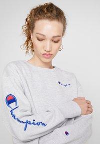 Champion Reverse Weave - BIG SLEEVE SCRIPT CREWNECK CROPPED - Sweatshirt - grey - 3
