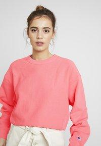 Champion Reverse Weave - SLEEVE LOGO CREW NECK - Sweatshirt - light pink - 3