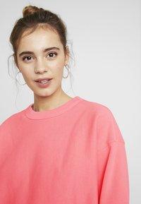 Champion Reverse Weave - SLEEVE LOGO CREW NECK - Sweatshirt - light pink - 5