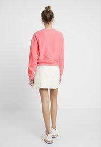 Champion Reverse Weave - SLEEVE LOGO CREW NECK - Sweatshirt - light pink - 2