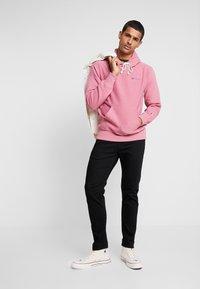 Champion Reverse Weave - SMALL SCRIPT LOGO HOODY - Huppari - light pink - 1