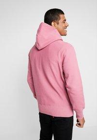 Champion Reverse Weave - SMALL SCRIPT LOGO HOODY - Huppari - light pink - 2