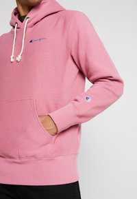 Champion Reverse Weave - SMALL SCRIPT LOGO HOODY - Huppari - light pink - 5