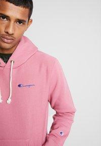 Champion Reverse Weave - SMALL SCRIPT LOGO HOODY - Huppari - light pink - 3
