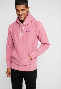 Champion Reverse Weave - SMALL SCRIPT LOGO HOODY - Huppari - light pink - 0