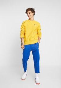 Champion Reverse Weave - SMALL SCRIPT CREWNECK  - Sweater - yellow - 1