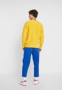 Champion Reverse Weave - SMALL SCRIPT CREWNECK  - Sweater - yellow - 2
