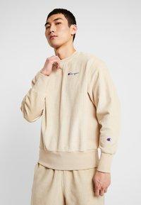Champion Reverse Weave - CREWNECK CORD - Bluza - beige - 0
