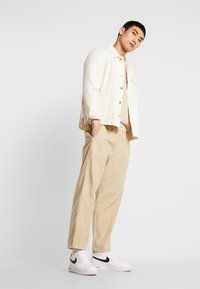 Champion Reverse Weave - CREWNECK CORD - Bluza - beige - 1