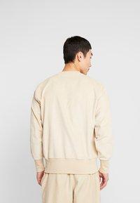 Champion Reverse Weave - CREWNECK CORD - Bluza - beige - 2