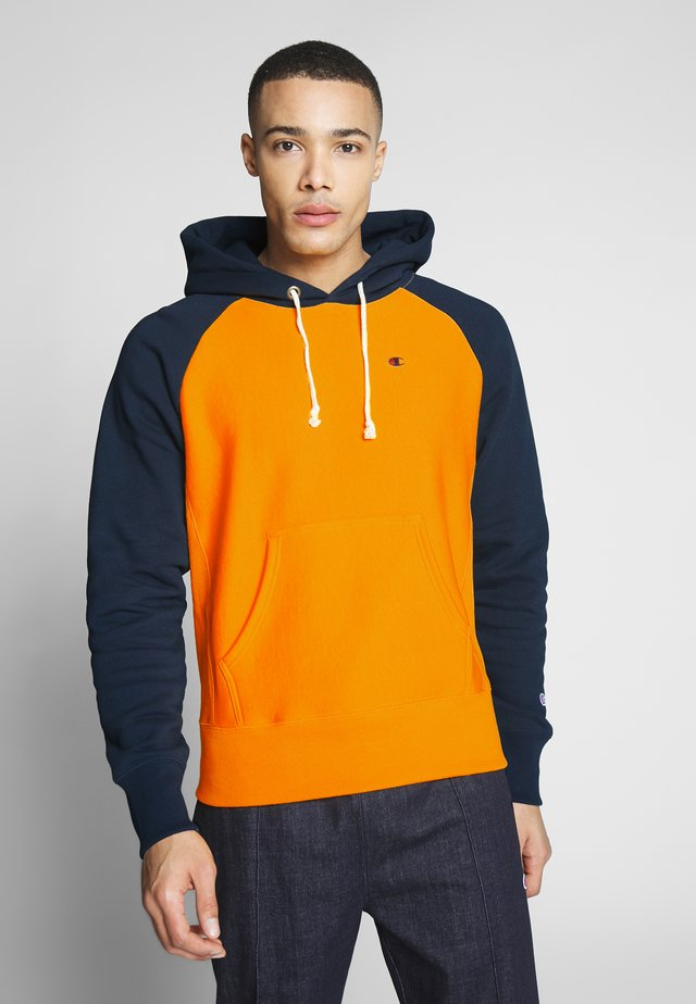 HOODED - Hoodie - orange/dark blue