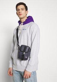 Champion Reverse Weave - SMALL SHOULDER BAG - Across body bag - blue - 4