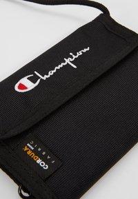 Champion Reverse Weave - MINI SHOULDER BAG - Taška spříčným popruhem - black - 5