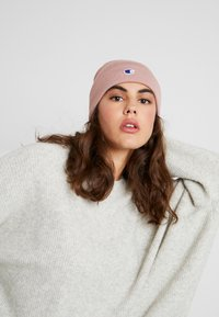 Champion Reverse Weave - LOGO BEANIE - Gorro - pink - 3