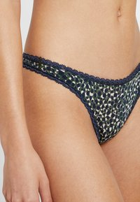 Calvin Klein Underwear - SEDUCTIVE COMFORT THONG - String - feline - 4