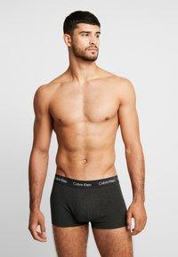 Calvin Klein Underwear - LOW RISE TRUNK 3 PACK - Culotte - dark blue/dark red/mottled dark grey - 1