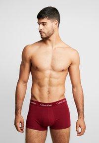 Calvin Klein Underwear - LOW RISE TRUNK 3 PACK - Culotte - dark blue/dark red/mottled dark grey - 0
