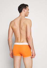 Calvin Klein Underwear - LOW RISE TRUNK 3 PACK - Shorty - khaki - 1