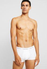 Calvin Klein Underwear - LOW RISE TRUNK 3 PACK - Shorty - black/white - 1
