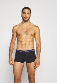 Calvin Klein Underwear - LOW RISE TRUNK 3 PACK - Onderbroeken - minnow/ horoscope/inferno - 2