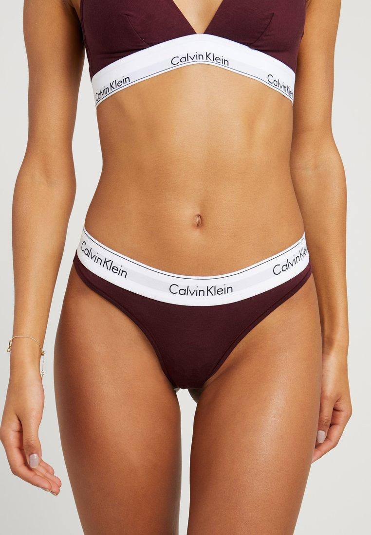 Calvin Klein Underwear - MODERN THONG - Stringi - deep maroon/white