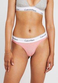 Calvin Klein Underwear - MODERN THONG - Stringi - pomelo heather - 0