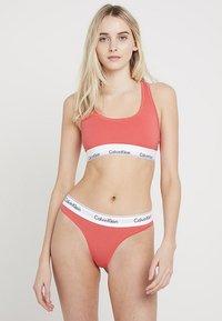 Calvin Klein Underwear - MODERN THONG - Stringi - fire - 1