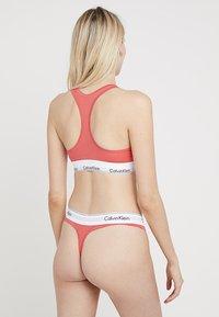 Calvin Klein Underwear - MODERN THONG - Stringi - fire - 2