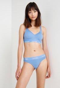 Calvin Klein Underwear - MODERN THONG - Stringi - blue - 1