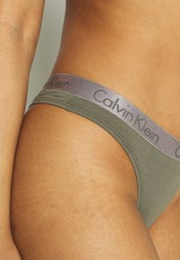 Calvin Klein Underwear - RADIANT THONG - Tanga - wild fern - 4