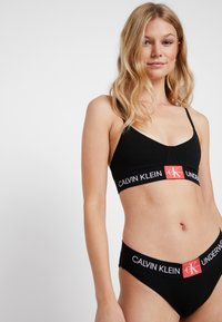 Calvin Klein Underwear - MONOGRAM UNLINED TRIANGLE - Topp - black/aurelie - 1