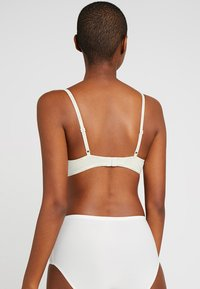 Calvin Klein Underwear - FLIRTY PLUNGE - Push-up BH - ivory - 2