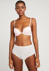 Calvin Klein Underwear - FLIRTY PLUNGE - Push-up bra - nymphs thigh - 1
