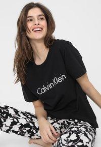 Calvin Klein Underwear - COMFORT CREW NECK - Pyjamasoverdel - black/white - 0