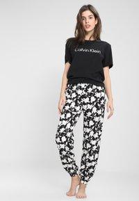 Calvin Klein Underwear - COMFORT CREW NECK - Pyjamasoverdel - black/white - 1