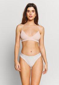 Calvin Klein Underwear - MONOGRAM THONG - String - snow heather - 1