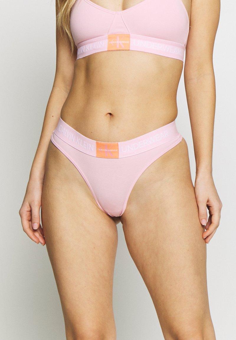 Calvin Klein Underwear - MONOGRAM THONG - String - prarie pink